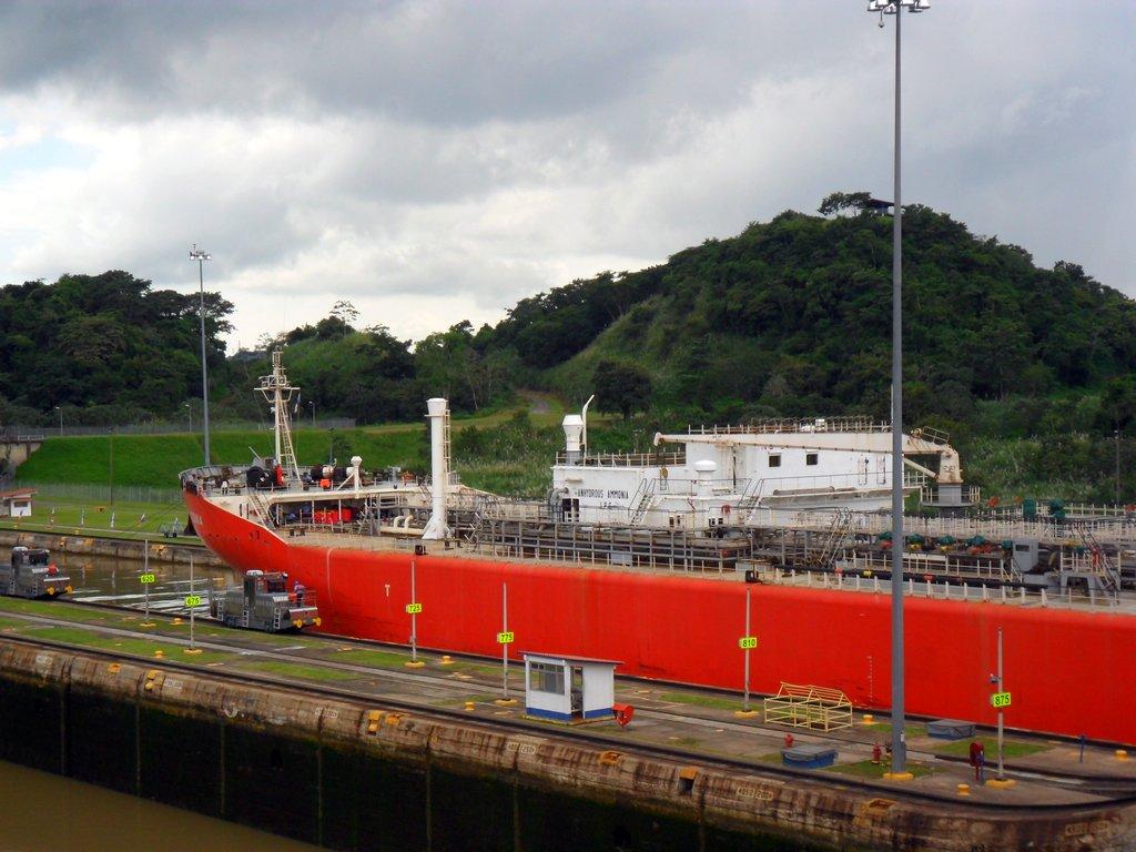 una nave cargo mentre attraversa il canale di Panama